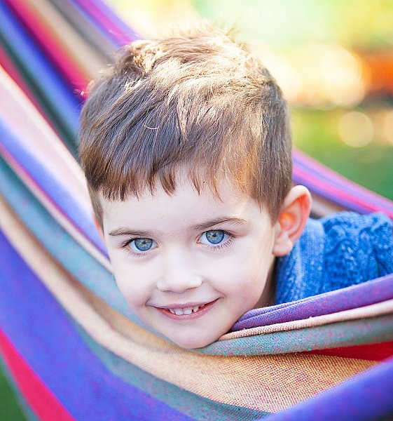 child-in-a-hammock-kinder-photography-little-big-adventures